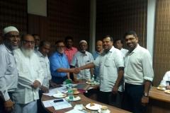 anna-nagar-masjid-handing-over-contribution-to-oruma
